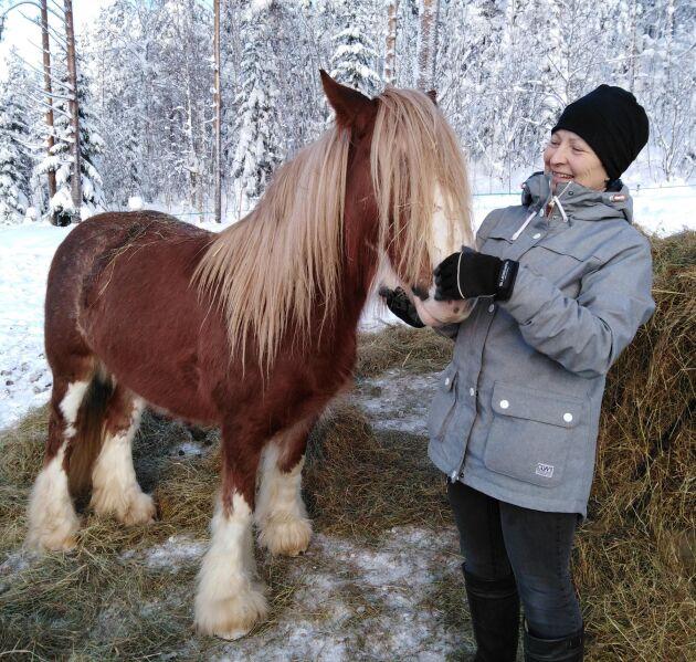 Annika Nyberg berättar att det finns forskning som visar att deltagarna behöver komma regelbundet, två till tre gånger i veckan under tio till tolv veckor, för att få resultat. Här tillsammans med hästen Alice.