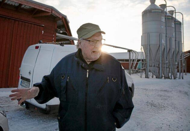Sven-Erik Johansson är en lantbrukare som helst går sina egna vägar. Slaktgrisstallarna på Nibble gård är enligt en dansk modell med längor och gödslingshörn utomhus, allt för att förbättra hälsoläget.