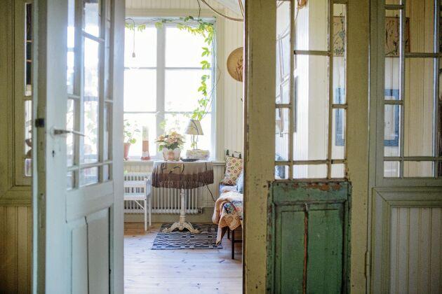 Övervåningen flödar av ljus sedan Erika och hennes man tog bort en vägg och satte in två glasdörrar med pröjs och fin patina.