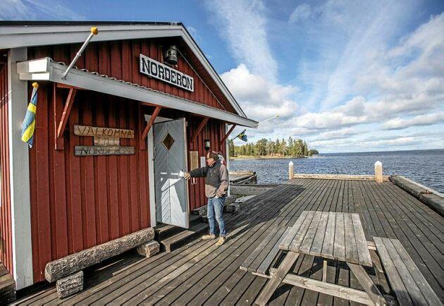 Till Norderön, som är 900 hektar stor, tar man sig med båt eller färja.