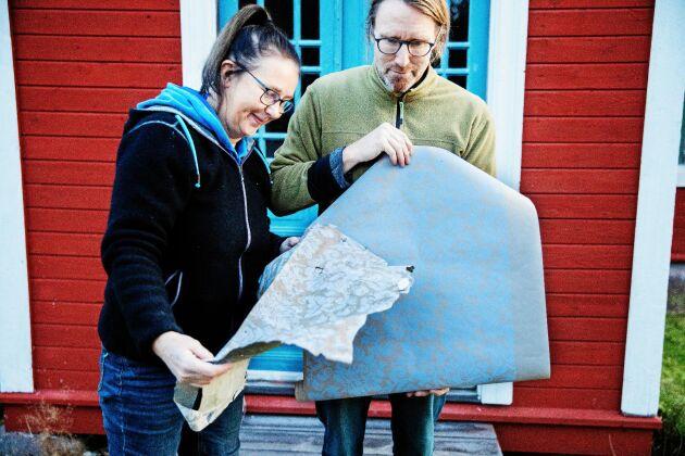 Maria och Stefan med en bit av den originaltapet som satt i stugan och som de hittat en modern kopia av.