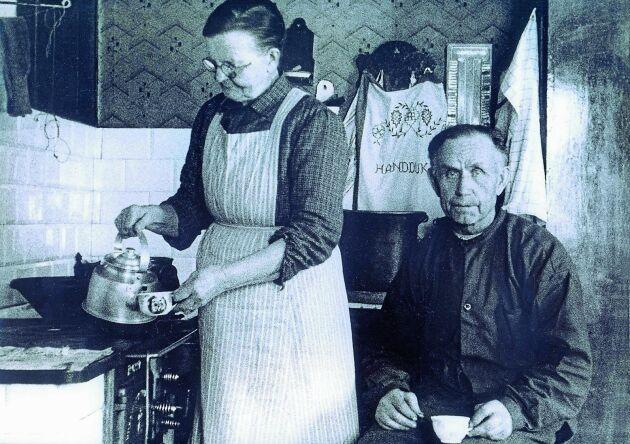 Emma och Knut August Bergquist tar en kaffepaus i soldattorpets kök i Kolsva.