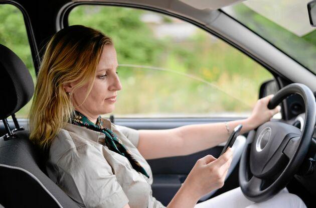 7 av 10 svenska bilförare uppger att de släpper blicken från vägen för att titta i sina mobiler när de kör.