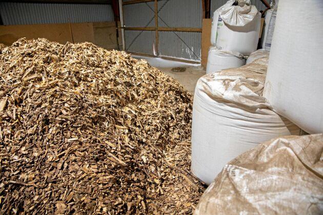 Flis eldad i en varmluftspanna ger värme gårdens dubbla satstork. Även boningshuset och verkstaden värms med fliseldning, men i ett vattenburet system.