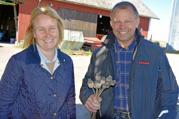 Kristin och Fredrik Henrysson på östgötaslätten ville testa att odla något nytt. Det blev vallmo.