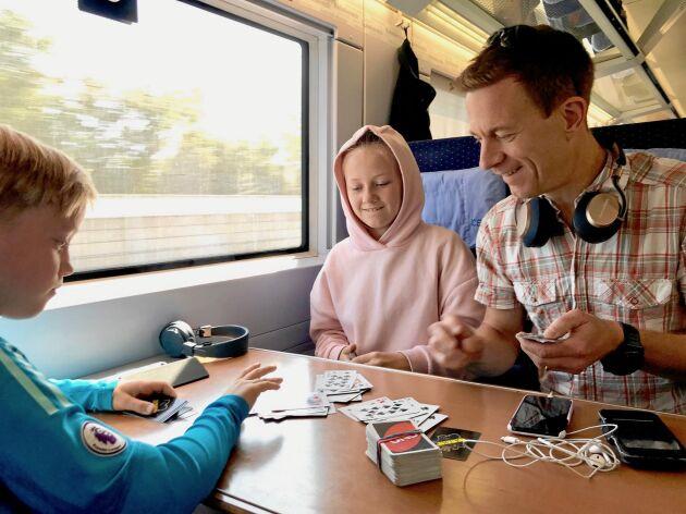 Spela kort på bekvämt tyskt tåg med wifi, fräscha toaletter och restaurangvagn.