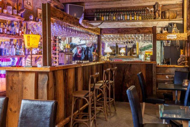 Saloonens bar med plats för häng i baren.