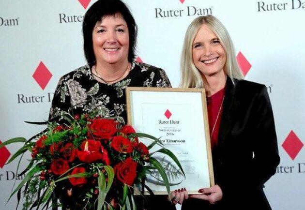 Petra Einarsson fick diplom och blommor av Marika Lundsten, VD för Ruter dam.