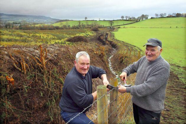 David och hans far Robert Sheridan vid staketet som skiljer deras ägor vid gränsen mellan Storbritannien och Irland. De drabbas båda av Brexit.