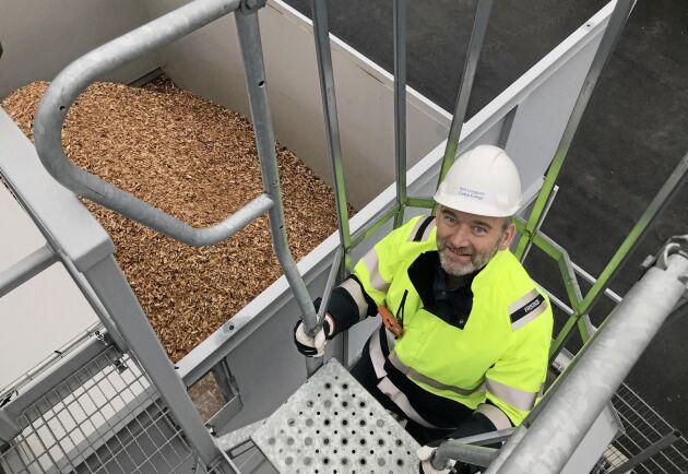 Skogsflis är råvaran till energigasen som tillverkas i Rolf Ljunggrens uppfinning Woodroll.