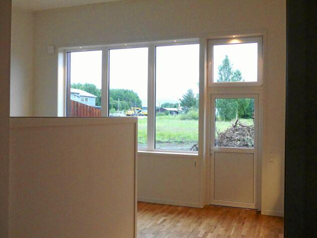 Det är öppen planlösning mellan kök och vardagsrum. Altanen höll på att färdigställas när bilden togs.