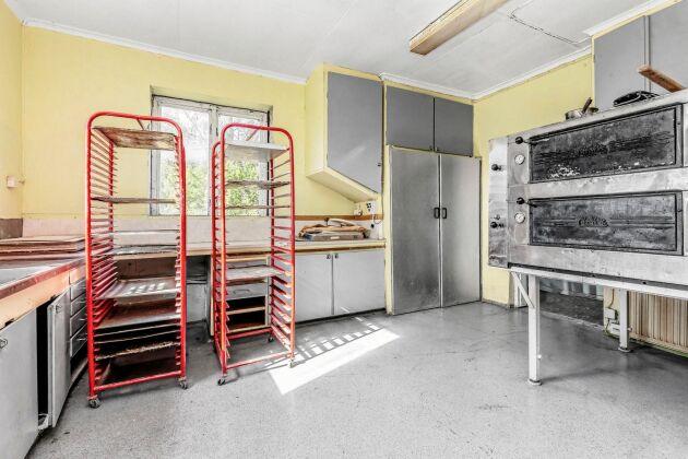 I källaren finns en bagarstuga med bevarad charm.