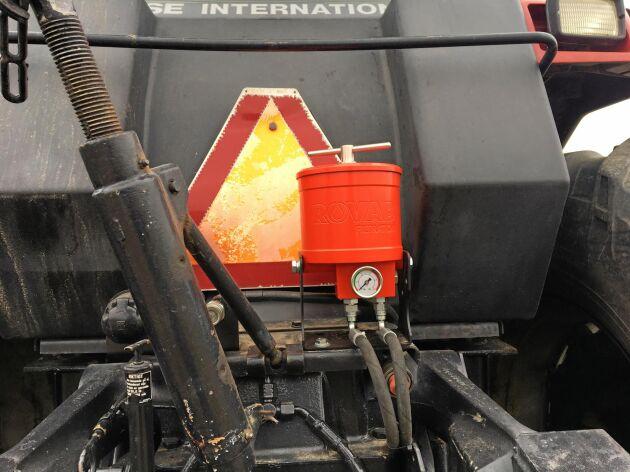 På gårdens gamla Case International har oljefiltret placerats ovanför trepunktsluften. Eftersom traktorn behöver 197 liter olja blir besparingen stor även här.