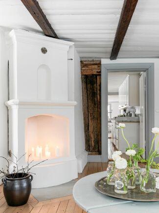 Den öppna spisen i vardagsrummet har stått där sedan huset byggdes på 1700-talet - och är fullt fungerande.