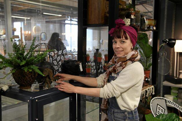 Maria Larsson har fått beställningar över landsgränserna på sina krukor gjorda av gamla skinnjackor och förbrukade krukor.