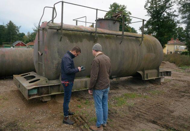 En cistern som stått länge på gården och som inte använts på flera decenier vill också Oscar Liljencrantz att Magnus Eriksson ska försöka hitta en köpare till.