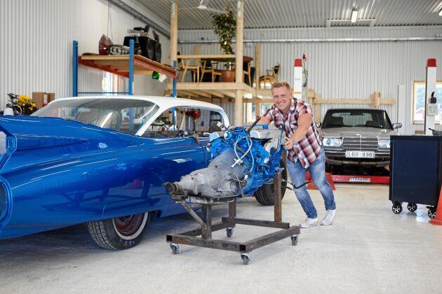 Gottfrid rullar fram motorn som ska monteras i hans pappas bilprojekt, en Cadillac modell taksänkt från 1959