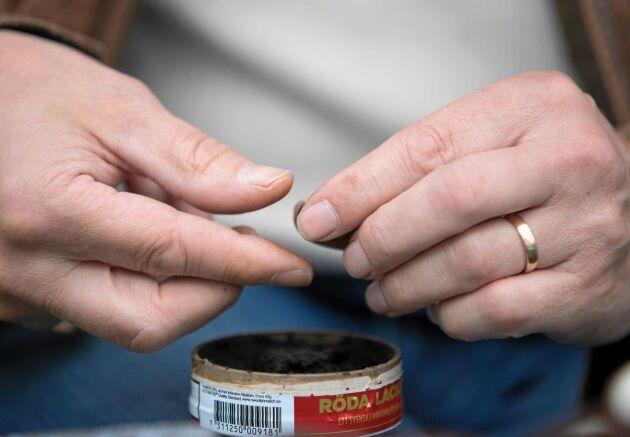Jan Kjerrulf tar fram en dosa Röda lacket. Precis som hans Cresent 2000 är även snuset en svensk klassiker.