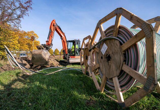 Grävarbete för att dra fiber i Vollsjö by på den skånska landsbygden. Här, liksom på många håll i Sverige, grävs det just nu ner fiber.