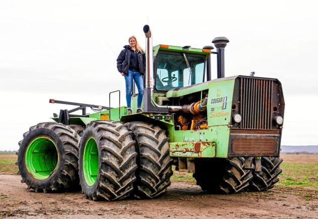 Emelie Persson sitter uppe i en av Sveriges mest kända präriedragare. Det är en Steiger Cougar från 1979 och Fargofabriken i USA.