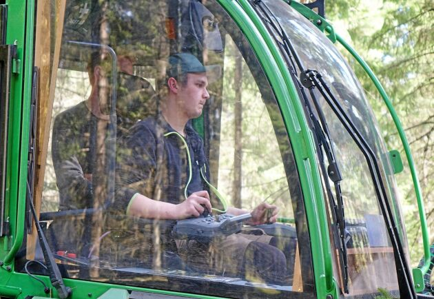 Simon Brorsson från skogsentreprenörsföretaget Hallforsen Skog och Maskin testar John Deeres nya Skotare 1010G.