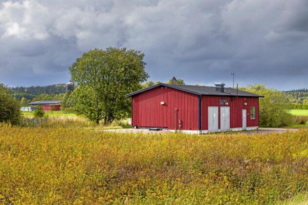 Pumpstationen som förser Sjöviks samhälle med dricksvatten ligger alldeles i närheten av den gård som arrenderar marken av Östads stiftelse.