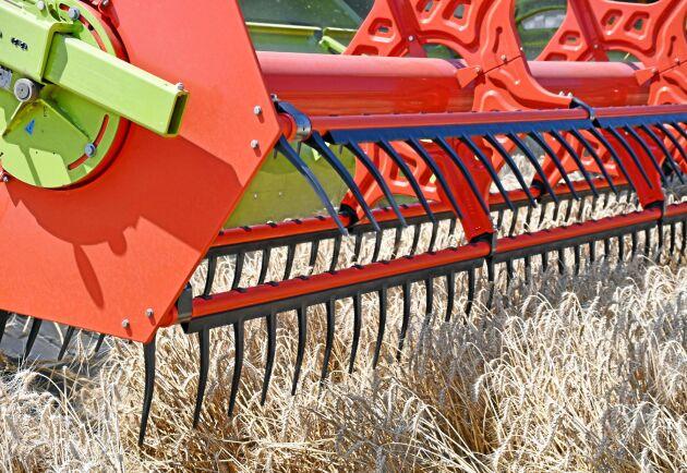 På ett dukskärbord har haspeln en mera aktiv roll att få in grödan i skärbordet. Haspelns dragkraft är inställbar.