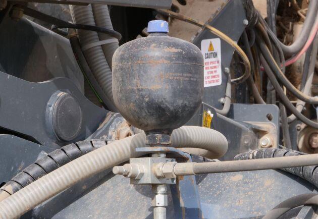 Magnus Larsson monterade två ackumulatorer för att slippa ett konstant oljeflöde från traktorn.