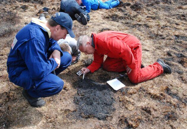 Richard Woods utbildar terrängbrandsutredare i Nederländerna. Ofta måste utredare krypa runt vid platsen där branden startade för att hitta orsaken till branden.