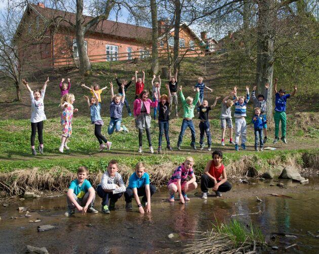 Skolan mitt i byn. Röstånga i nordöstra Skåne sjuder av liv och lokala initiativ som får barnfamiljer att flytta dit. Den populära byskolan är ett av byns dragplåster.
