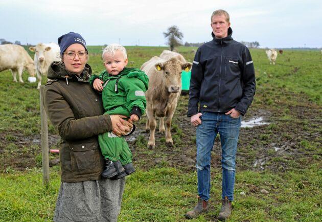 Sandra och Oskar Lindström, här med sonen Leo, driver en gård med växtodling och dikor i Spjutstorp utanför Tomelilla. ATL träffade paret i november 2018, då de uttryckte stark oro för att få en gruva i grannskapet. Gruvbolaget Scandivanadium vill göra ett försök att skapa en lokal förståelse för projektet.