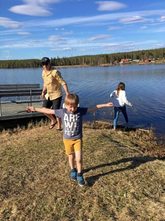 Lars Munk och Eva-Lena Henriksson och deras två barn letar tillsammans med kompisar efter en hel by att flytta till.