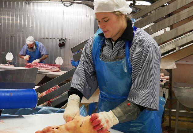 Några slakterier har startat egna lärlingsprogram, men även här är matchningen viktig. Amanda Andersson sökte själv efter att ha blivit tipsad om programmet.