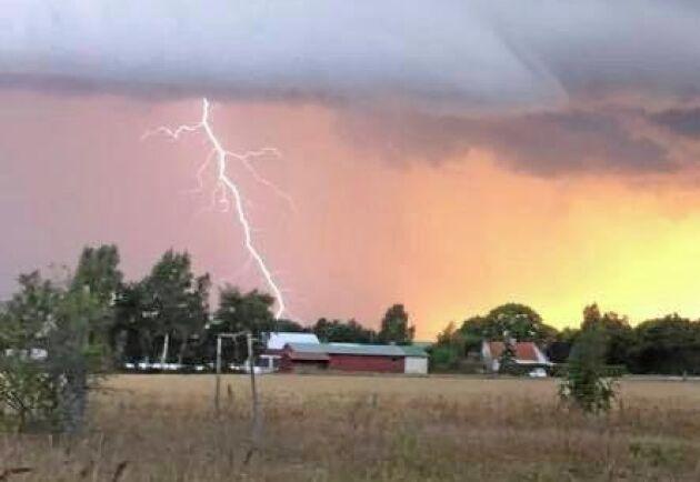 Grannen fångade blixtnedslaget på håll.