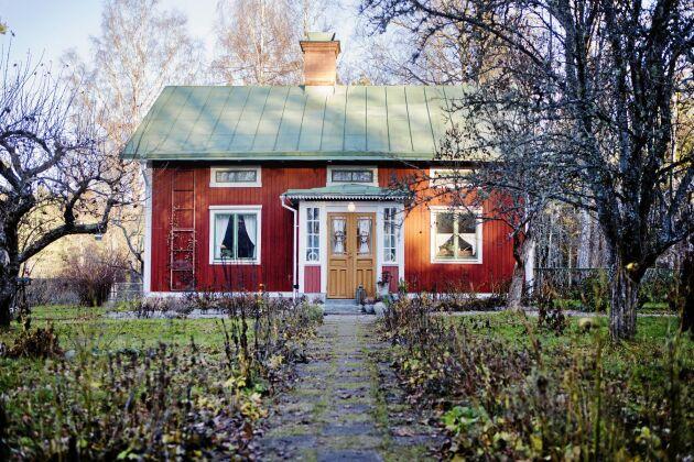 Boningshuset med sin fina pardörrar byggdes 1911 men byggnaden är troligen från 1800-talet och flyttades från Hedesunda.