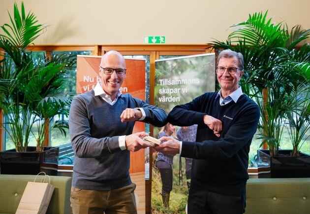 Med ett coronasäkert handslag lämnade Lars Martinsson, till höger, över en symbolisk tränyckel till Johan Padel för att markera Holmens övertagande av Martinsons.