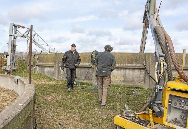Förberedelser vid gödselbrunnen för spridning av gödsel via marksläpslangen.
