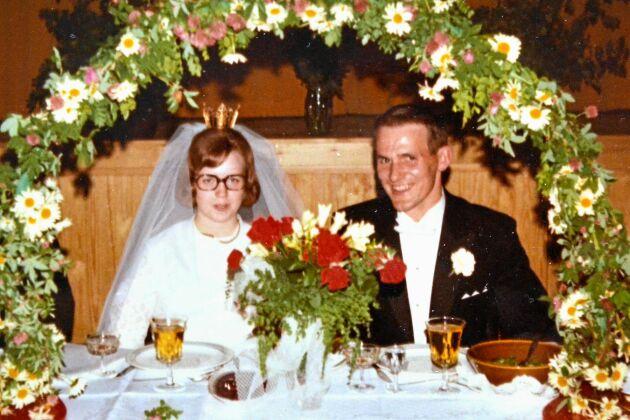 Kalaset efter vigseln i Vrå kyrka hölls på dansstället Lido, där de träffats tre och ett halvt år tidigare. Bruden var 20, brudgummen 26. Hur guldbröllopsdagen ska firas är ännu inte bestämt.