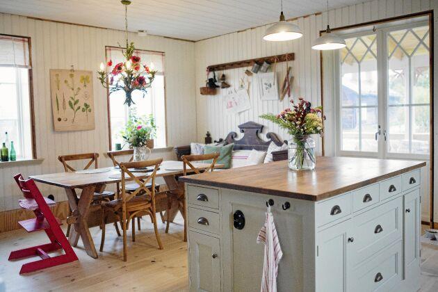 Köket ligger i ett hörn med fönster i tre vädersträck. Alla skåp har ritats av Helena och byggts av en lokal snickare.
