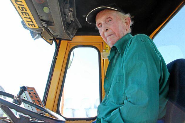 Folke Johansson köpte sin första traktor under andra världskriget. I dag kör han en lastare som driver balplastaren.