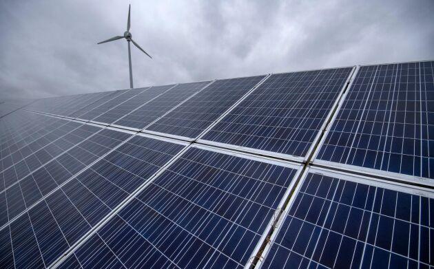 Allt flera svenskar väljer att installera solceller. Arkivbild.
