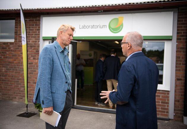 Ove Konradsson, till vänster, är vd för Hushållningssällskapet västra och tryckte omedelbart på ja-knappen när en medarbetare lade fram idén om att starta ett eget laboratorium för jord- och spannmålsanalyser.