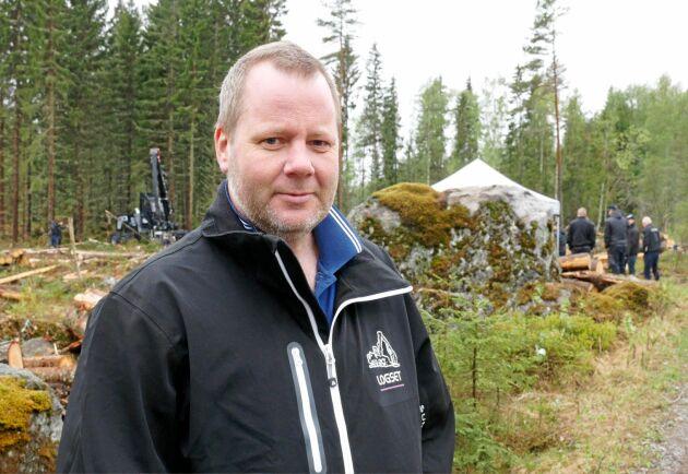 Skogsentreprenören Dennis Olsson har kört 3000 timmar med Logsets stora hybridskördare.