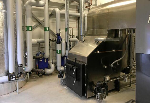 Pannan som bränner hästgödsel har utvecklats under 20 år av Biotherm Heat AB. Från början var den för komplicerad för den vanlige användaren, men nu är den självstyrande.