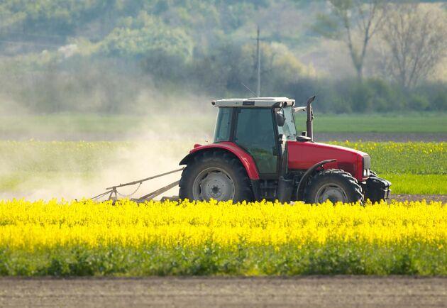 Maskinförare inom lant- och skogsbruk har en snittlön på 27700 kronor i månaden enligt siffror från SCB.