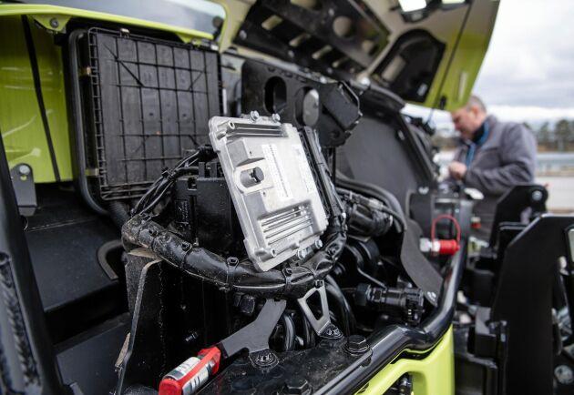 Under motorhuven hittar vi bara ventilationsanläggning och styrenheter. För att komma åt motorn behöver förarhytten tippas.