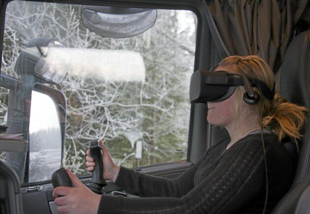 I stället för att sitta i kranhytt sitter Sofie Tjus Ekström i passagerarsätet när hon lastar.