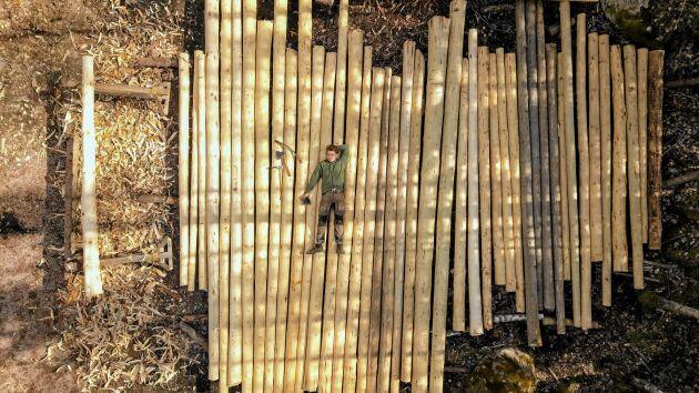 Många stockar krävs det. Erik tog bild med drönare av sig själv och hans stocklager.