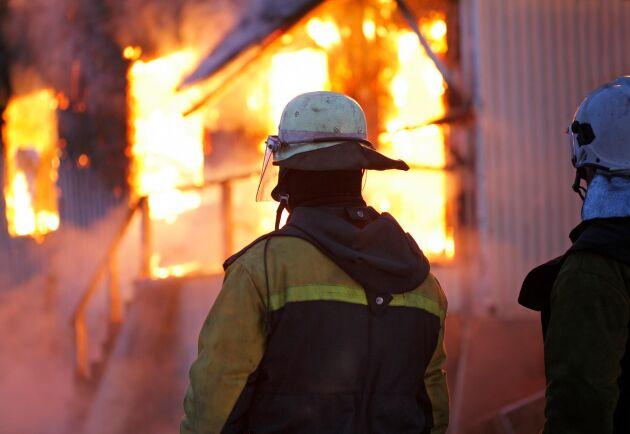 Räddningstjänsten larmades igår kväll till en ladugårdsbrand i Östergransjö, men den övertända ladugården gick inte att rädda. (Arkivbild)