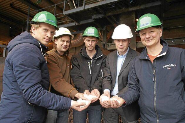 Ur askan från det förbrända avloppsslammet går det med modern teknik att utvinna ren fosfor. Johan Fahlström, Erik Cuite, Erik Holmén, Tomas Ulväng och Patrik Enfält räknar med att den storskaliga produktionen kan vara i gång om tre år.